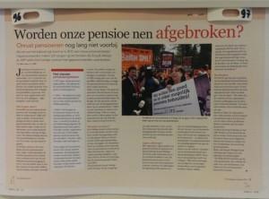 De lay-outwand op de redactie van Geld & Recht: artikel over de pensioenoorlog.
